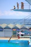 Tonår på dykningbräden Royaltyfri Bild