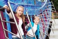 Tonår på karusellen Arkivbild