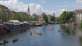 Tonår som kayaking i Strasbourg lager videofilmer