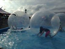 Tonår som spelar i vattenbollar Arkivbilder