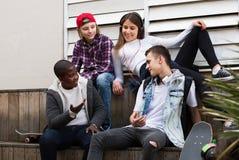 Tonår som talar i solig dag royaltyfria bilder