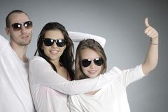 Tonår som visar det ok tecknet Fotografering för Bildbyråer