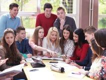 Tonåret grupperar i skola Royaltyfria Foton