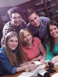 Tonåret grupperar i skola Royaltyfri Foto