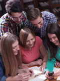 Tonåret grupperar i skola Arkivfoton