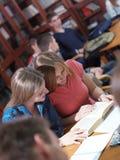 Tonåret grupperar i skola Arkivbild