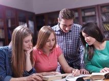 Tonåret grupperar i skola Arkivfoto