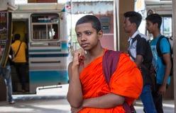 Tonårig buddistmunk som tänker på bussstationen Arkivbilder