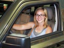 Tonårig chaufför för unga kvinnor royaltyfria bilder