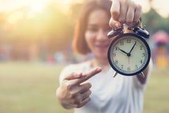 Tonårig fingerpunkt på klockan för vakna tider som varnar stopptid Royaltyfria Bilder