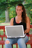 Tonårig flicka bak för bärbar dator lodlinje utomhus Royaltyfri Foto