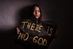 Tonårig flicka för ateist som rymmer ett baner med inskriften Arkivbild
