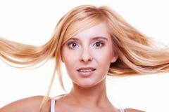 Tonårig flicka för kvinnlig framsida med långt blont rakt hår Royaltyfria Bilder