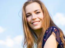 Tonårig flicka för lycklig brunett i utomhus- stående Royaltyfri Bild