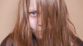 Tonårig flicka för psykopat close upp 4k UHD stock video