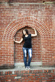 Tonårig flicka för stad som inramas i tegelsten Fotografering för Bildbyråer