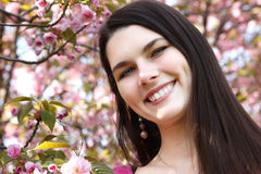 Tonårig flicka för vårstående över japansk körsbärsröd tre för naturträdgård Royaltyfria Foton