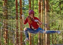 Tonårig flicka i en Forest Rope Park Challenge Royaltyfria Foton