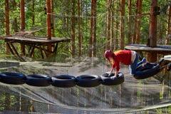 Tonårig flicka i en Forest Rope Park Challenge Arkivfoto