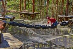 Tonårig flicka i en Forest Rope Park Challenge Arkivbilder