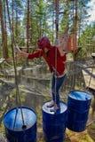 Tonårig flicka i en Forest Rope Park Challenge Arkivfoton