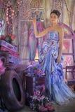 tonårig flicka i en ljus kulör aftonklänning Royaltyfri Bild