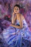tonårig flicka i en ljus kulör aftonklänning Royaltyfria Foton