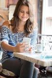 Tonårig flicka i kafé arkivfoto