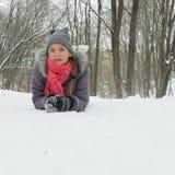 Tonårig flicka i parkera på en snö Royaltyfri Bild