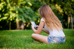 Tonårig flicka med bokavläsaren royaltyfria bilder