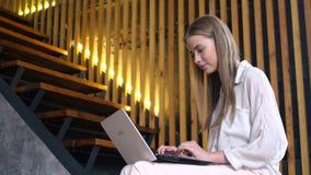 Tonårig flicka med den bärbara bärbara datorn för online-kommunikation arkivfilmer