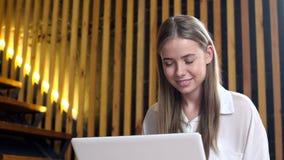 Tonårig flicka med den bärbara bärbara datorn för online-kommunikation lager videofilmer