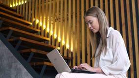 Tonårig flicka med den bärbara bärbara datorn för online-kommunikation stock video