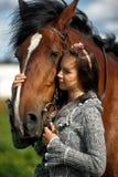 Tonårig flicka med den bruna hästen Royaltyfria Foton