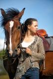 Tonårig flicka med den bruna hästen Arkivfoton