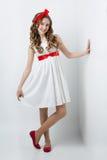 Tonårig flicka med den röda pilbågen på huvudet Arkivbilder