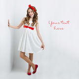 Tonårig flicka med den röda pilbågen på huvudet Royaltyfria Foton