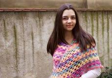Tonårig flicka med en virkninghalsduk Royaltyfri Fotografi