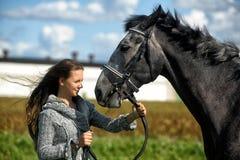 Tonårig flicka med hästen Royaltyfri Bild