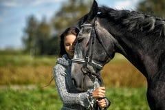 Tonårig flicka med hästen Royaltyfri Fotografi