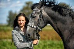 Tonårig flicka med hästen Arkivfoton