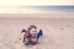 Tonårig flicka med hennes valp Arkivbild