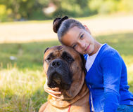 Tonårig flicka med hunden Arkivbilder