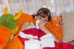 Tonårig flicka med influensa Arkivbild
