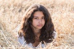 Tonårig flicka med lockigt mörkt hår på naturen Arkivbilder