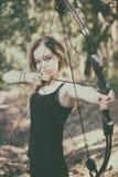 Tonårig flicka med pilbågen och pilen arkivfoto