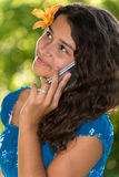 Tonårig flicka med telefonen i parkera Arkivfoto