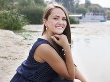 Tonårig flicka nära floden Arkivbild
