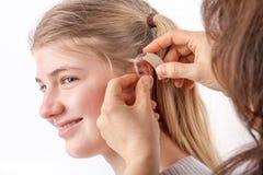 Tonårig flicka och hennes hörapparat royaltyfri fotografi