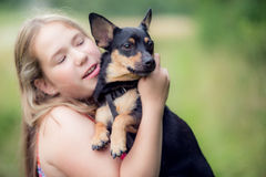 Tonårig flicka och hund Arkivfoto